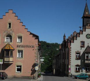 Links das Hotel, rechts das Rathaus Hotel Landgasthof Rebstock