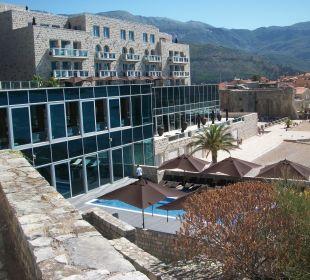 Pool & Ansicht von den Villas aus Hotel Avala