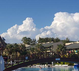 Blick vom Pool auf die Hotelanlage Oz Hotels Incekum Beach