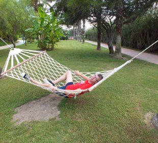 Diverse hangmatten in de grote prachtige tuin. Hotel Concorde De Luxe Resort