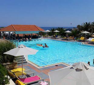 Ruhepool mit Bar oben AKS Annabelle Beach Resort