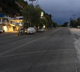 Straße vor dem Hotel Marilena Sea View Hotel