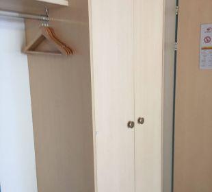 Garderobe im Zimmer  Hotel Alpina
