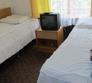 Winziges Zimmer, Koffer auf dem Bett Hotel Zamek Karnity
