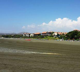 Blick vom Strand auf die Anlage Club Aldiana Zypern