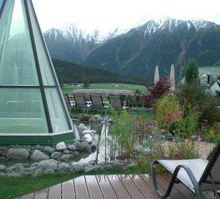 Blick vom Pool in die Berge Alpenresort Schwarz