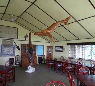 Der Speisesaal mit dem wunderschönen hölzernen Wal Sandy Beach Resort Tonga