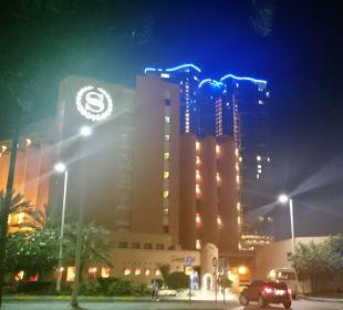 S jak Sheraton - po zmroku Sheraton Hotel & Resort Abu Dhabi