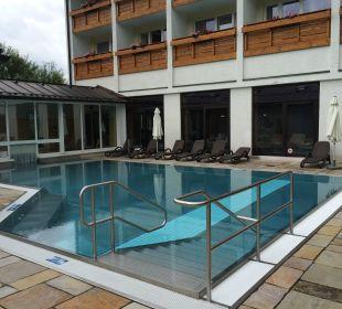 Außenpool mit Blick Hotel/Innenpoolanlage Alm- & Wellnesshotel Alpenhof