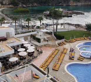 Blick vom Balkon auf Pool, Terrassen, Bucht Olimarotel Gran Camp de Mar