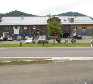 Blick über Strasse und Parkplatz zum Schwabenhof Gasthof Schwabenhof