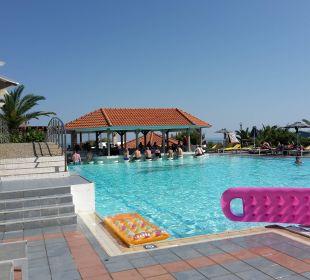 Oberer Pool mit Swim-up-Bar AKS Annabelle Beach Resort
