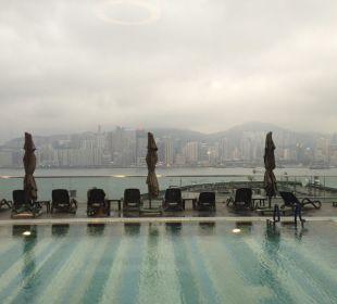 Pool mit Aussicht auf die Skyline Hotel Icon
