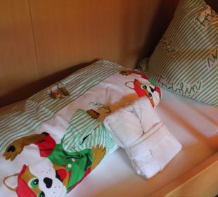 LIebevoll vorbereitetes Kinderbett Leading Family Hotel & Resort Alpenrose