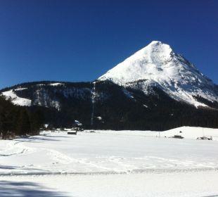Blick aus dem Zimmer auf Hausberg Hohe Munde Alpenhotel Karwendel