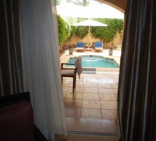 Blick von der Suite zur Terrasse mit Pool