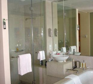 Dusche, Badewanne und Waschtisch Vida Hotel Downtown Dubai