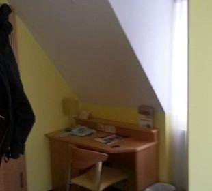 Kleiner Schreibtisch im Eingangsbereich Hotel Schloss Schweinsburg
