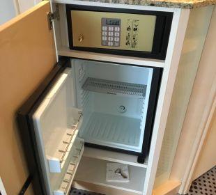 Will man zum Safe, steht der Kühlschrank offen Hotel The Westin Leipzig