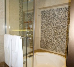 Bad mit Dusche in der Wanne Hotel Harbour Grand Hong Kong