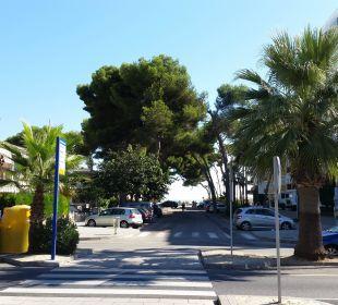 Blick vom Gehweg auf den Strand Hotel JS Alcudi Mar