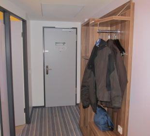 Links ist das Bad zu sehen Holiday Inn Express Hotel Bremen Airport