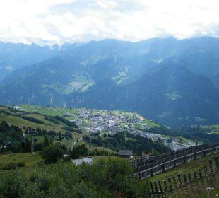 Blick vom Berg auf Fiss Hotel Alpenroyal