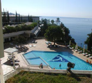 Unterhalb dieser Pool-Ebene liegt der Hotel-Strand Hotel Divan Antalya Talya