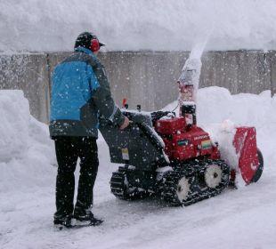 Appartement Leutasch Chef beim Schneeräumen Landhaus Karoline Wohlfühl-Ferienwohnungen