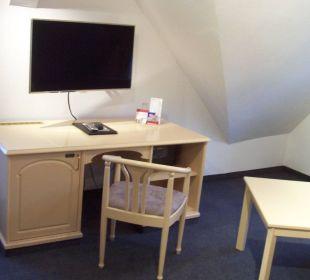 Schreibtisch mit TV, Safe, Minibar KurparkHotel Warnemünde