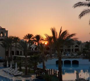 Pool bei Sonnenuntergang Hotel Iberotel Makadi Beach