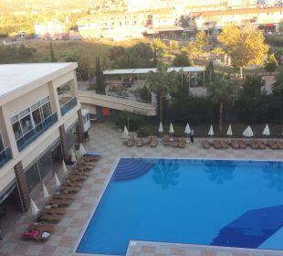 Aussicht vom Zimmer auf den Pool Hotel Titan Select