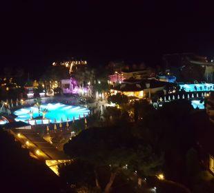 Widok z balkonu nocą Bellis Deluxe Hotel