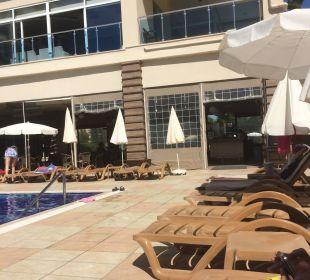 Weg zur Poolbar Hotel Titan Select