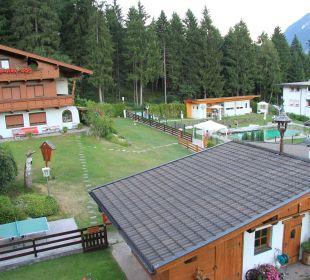 Blick auf Grillhaus und Parkanlage Gästehaus Waldrand