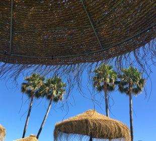 Schirme im Garten am Strand Marinas de Nerja Beach & Spa