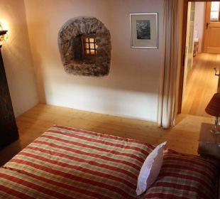 Schlafzimmer mit teilweise sichtbarer Steinmauer Landhaus Schloss Anras