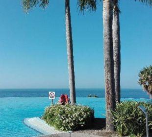Widok z leżaka basenowego Playacalida Spa Hotel