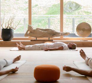 Yoga im Himmelreich mit unserem Yogalehrer Werner Hotel Alpin Spa Tuxerhof