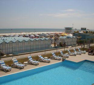 Pool mit Terrasse hinter dem Hotel