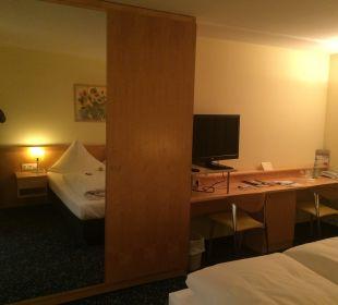 Schrank und Schreibtisch Hotel Schloss Schweinsburg