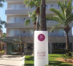 Eingang zum Hotel JS Hotel Cape Colom