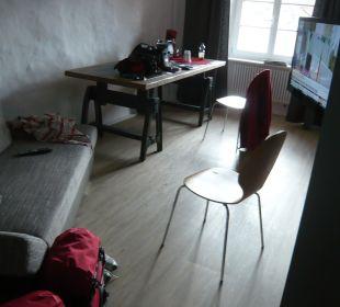 Sitzbereich, großer Tisch, TV Hotel Landgasthof Rebstock