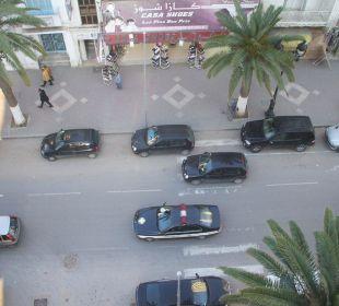 Vor dem Hotel immer voll, abend noch  mehr Hotel Sousse Residence