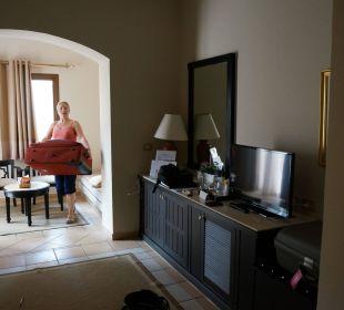 Wohnbereich mit TV, Minibar und Sitzecke