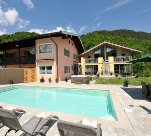 Der Swimming Pool lädt zum Entspannen ein Apartments Ferienparadies Alpenglühn