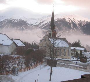 Blick aus dem Fenster auf die Dorfkirche Familien-Landhotel Stern