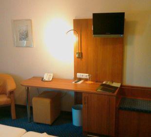 Schreibtisch und TV Hotel Schloss Döttingen