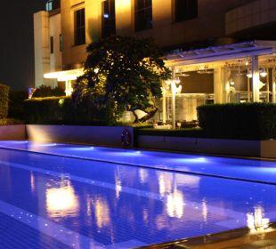 Schöne Poolanlage Pathumwan Princess Hotel