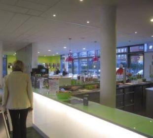 Rezeption mit Blick in den Frühstücksbereich prizeotel Bremen-City